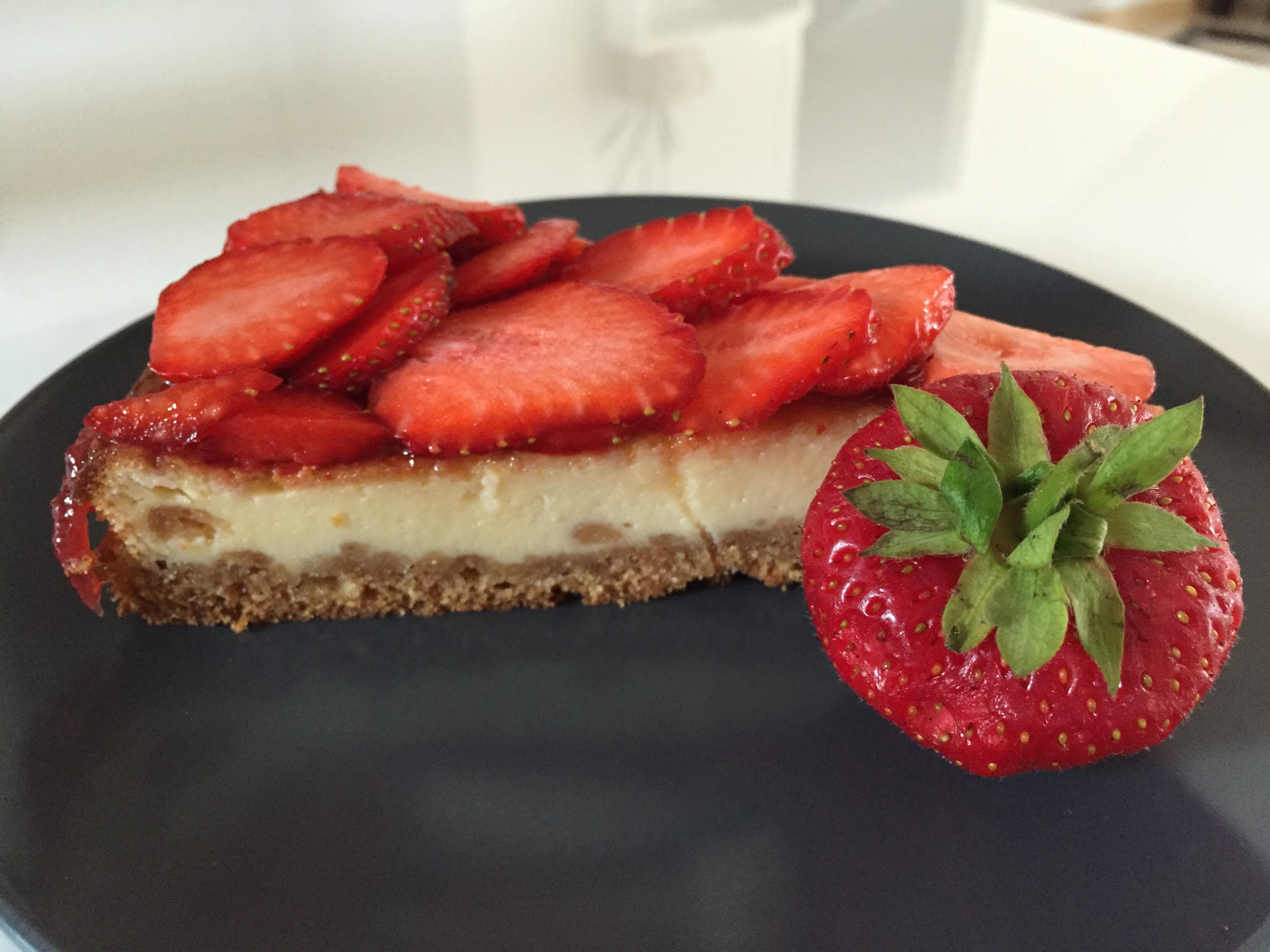 || Erdbeer Käsekuchen geschnitten auf dem Teller