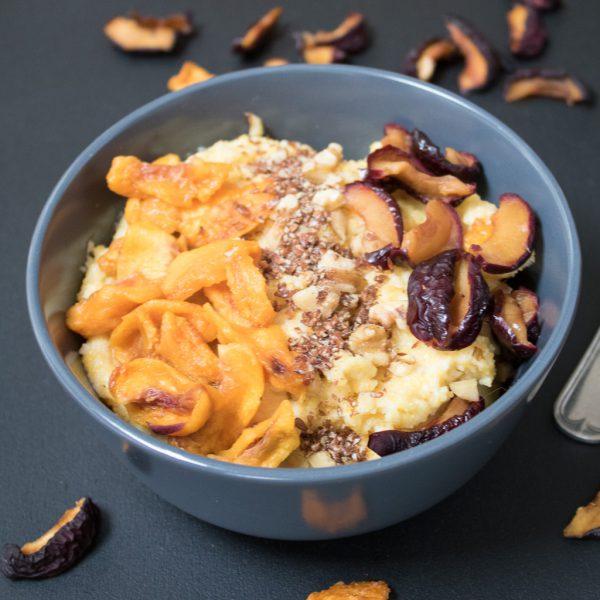 Frühstück Polenta mit getrockneten Früchten