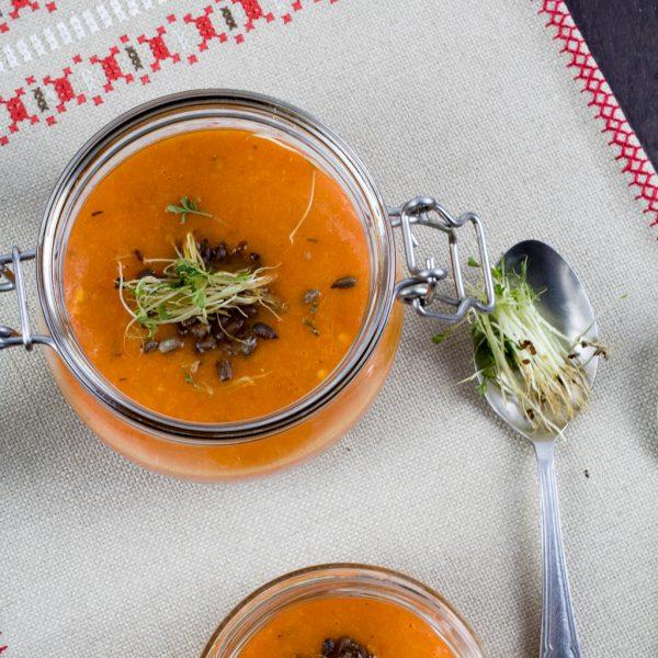 Tomatensuppe mit oregano und Paprika Nahaufnahme