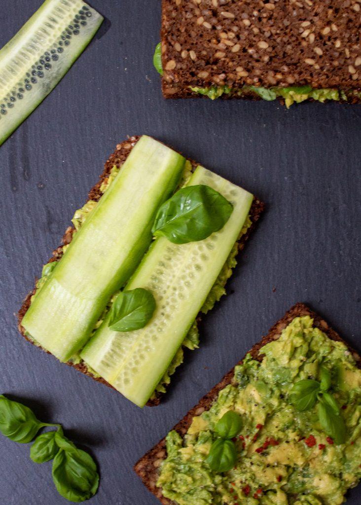 Toast mit Avocado, Gurke und Basilikum I Тост с авокадо, краставица и босилек