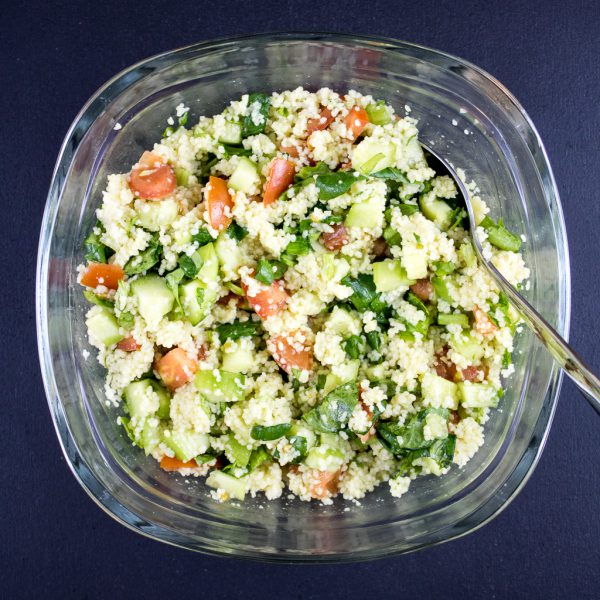 Couscous mit Minze und Tomaten Salat