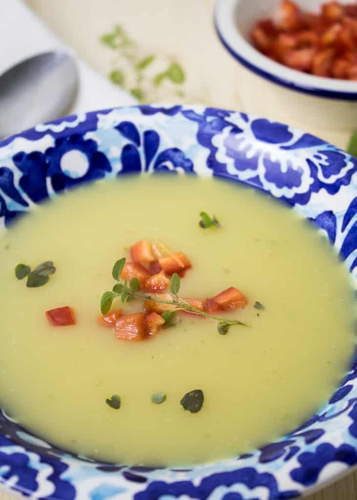 Kartoffel Creme Suppe mit Majoran Nahansicht